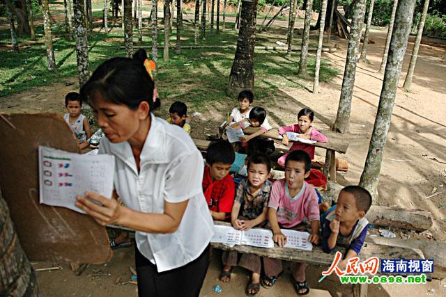 当年黄月珍老师在槟榔树林里上课(摄于2005年)