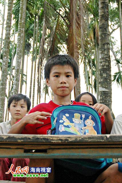 陈闯任当年在槟榔树下上课(摄于2005年)